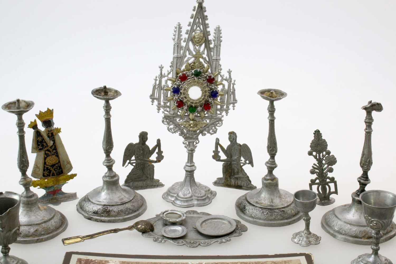 Klerikales Spielzeug eines späteren Geistlichen um 189025 Teile aus Zinn, Kelche, Kerzenleuchter, - Bild 2 aus 3