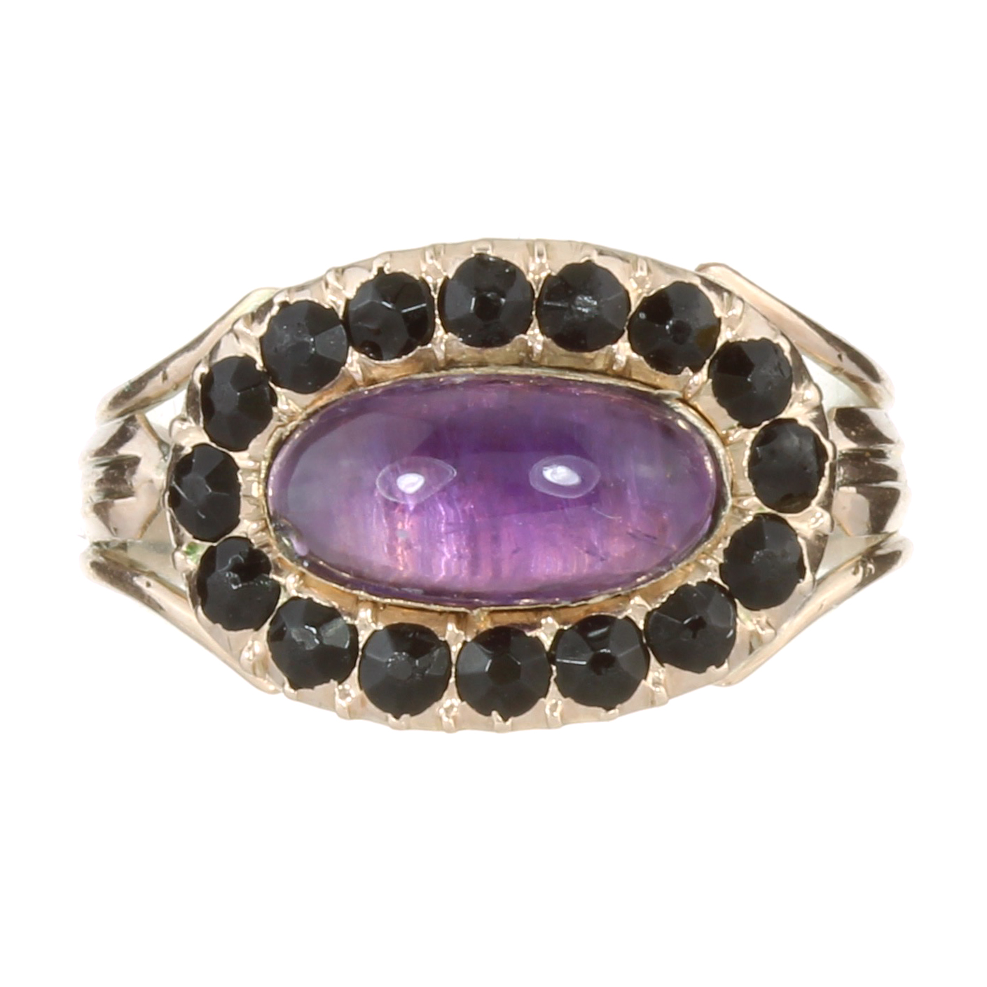 AN ANTIQUE GEORGIAN AMETHYST AND ONYX MOURNING RING, EARLY 19TH CENTURY in high carat yellow gold,