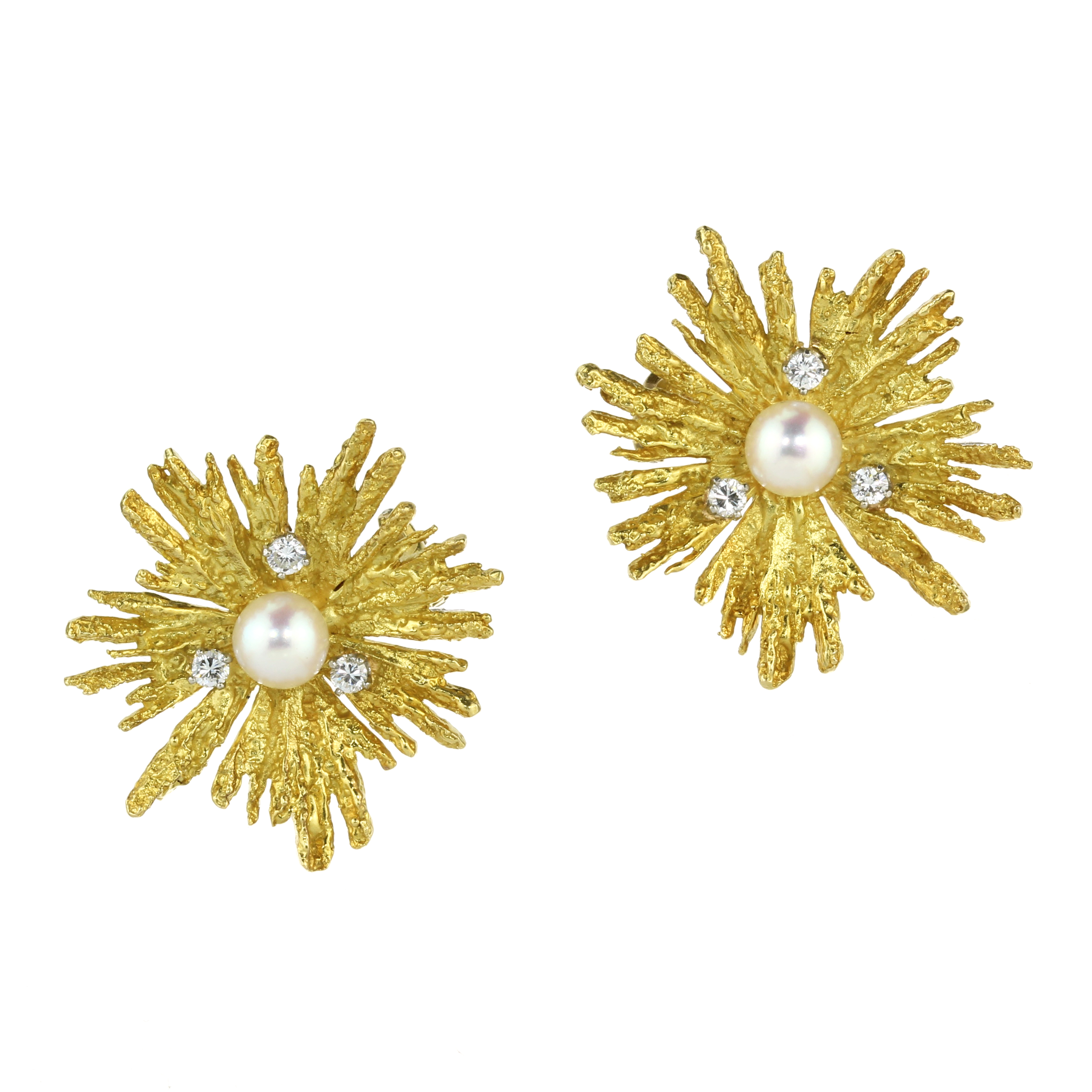 Los 12 - A PAIR OF PEARL AND DIAMOND EARRINGS in 18ct yellow gold each set with a central pearl surrounded by