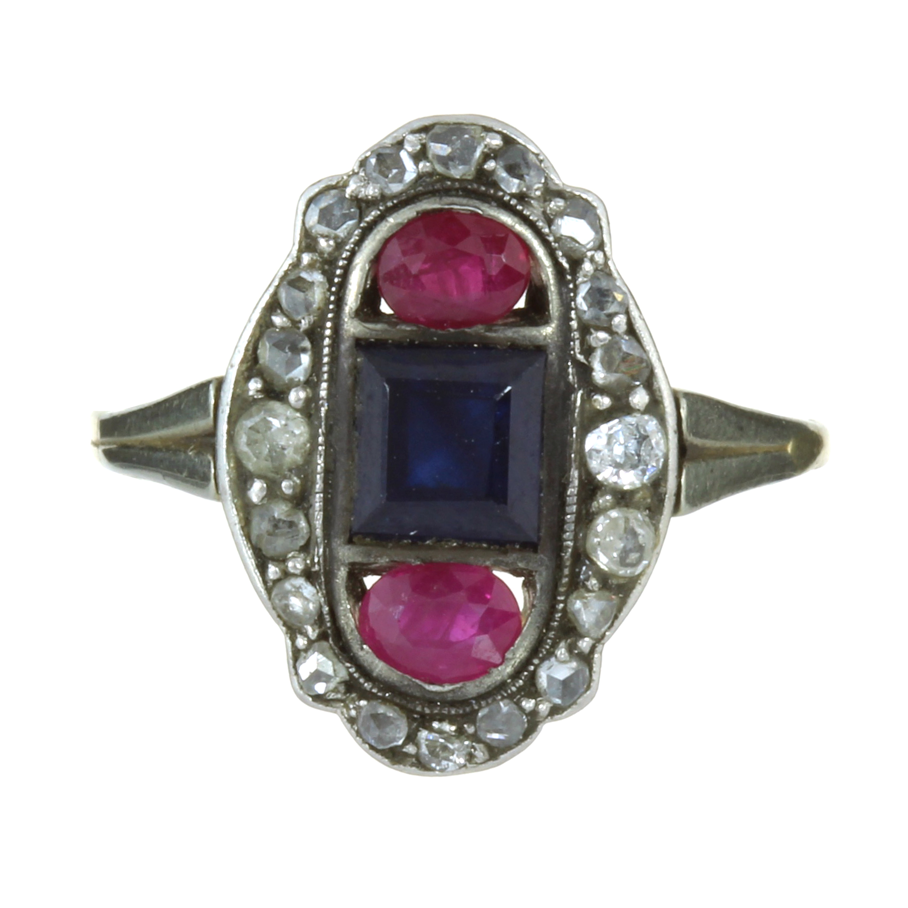 Los 33 - AN ANTIQUE ART DECO SAPPHIRE, RUBY AND DIAMOND RING in high carat yellow gold set with a step cut