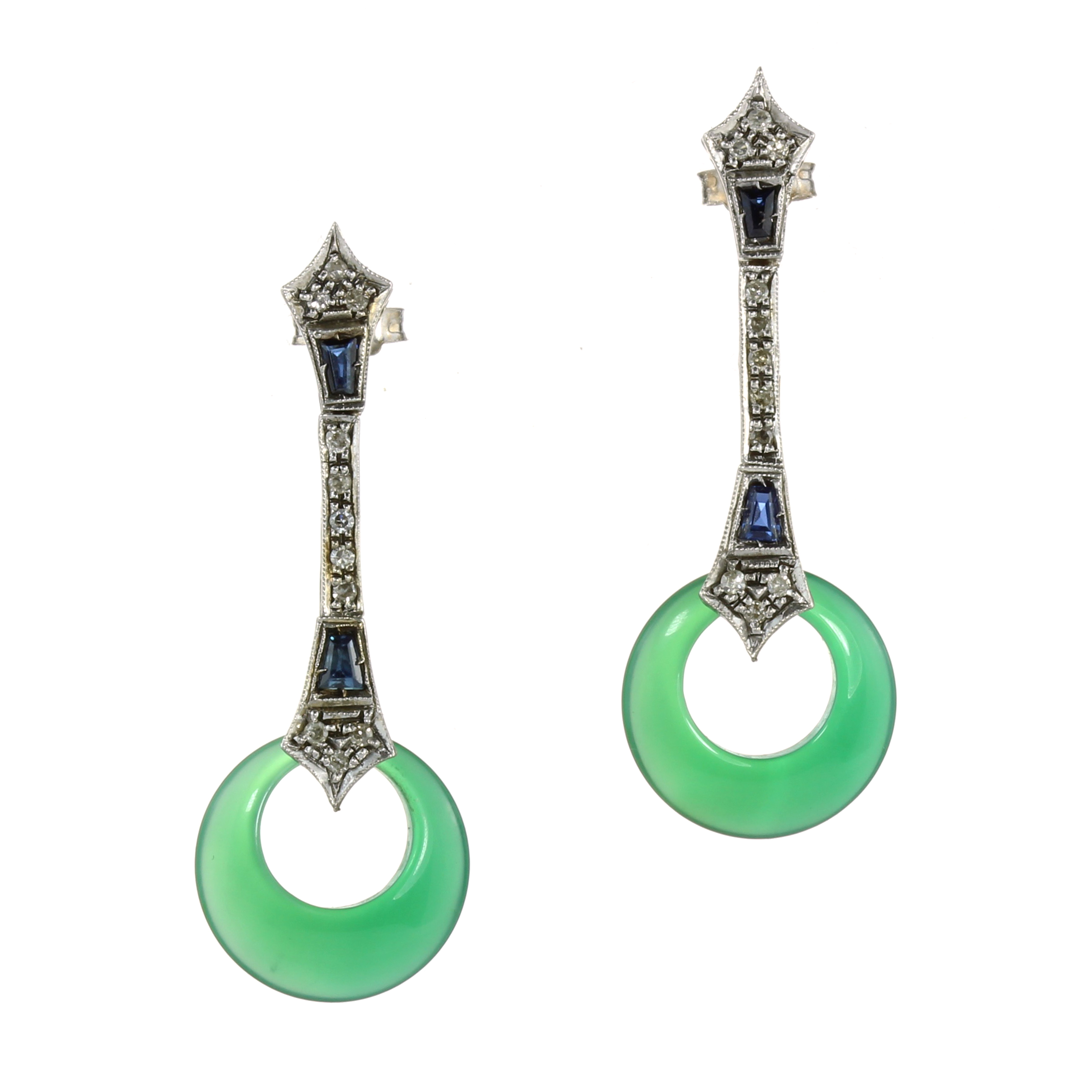 A PAIR OF ANTIQUE ART DECO JADE, SAPPHIRE AND DIAMOND EARRINGS in white gold or platinum, set with a