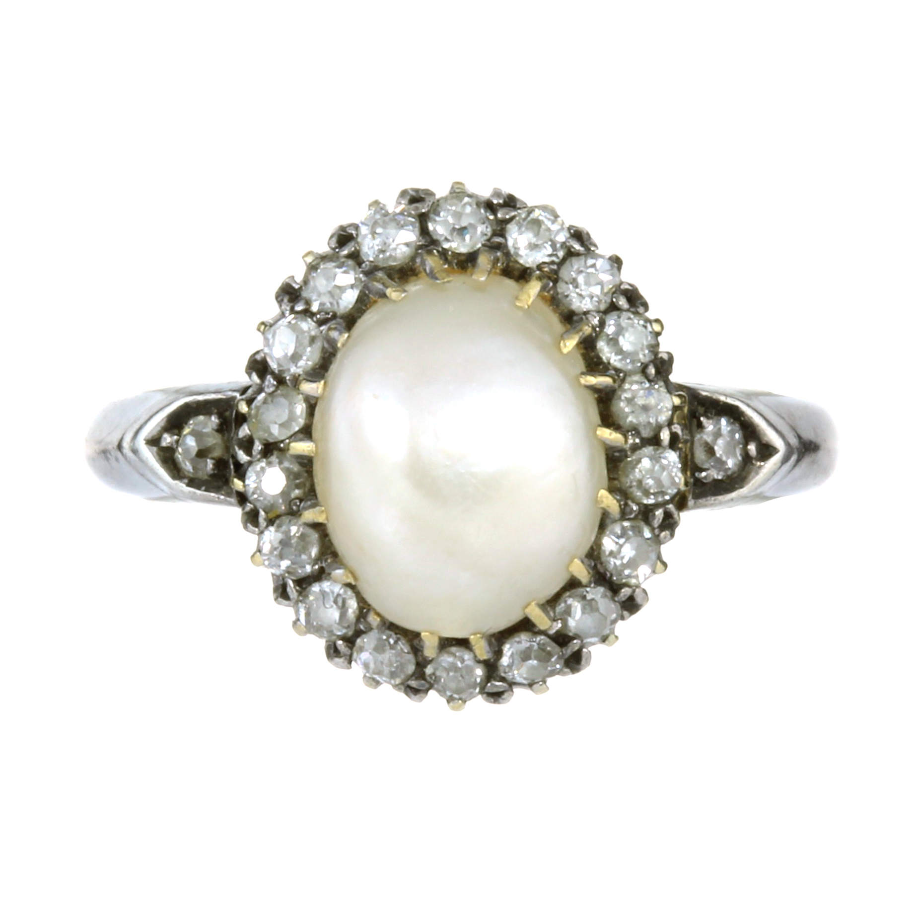 AN ANTIQUE NATURAL SALTWATER PEARL AND DIAMOND CLUSTER RING in yellow and white gold, set with a