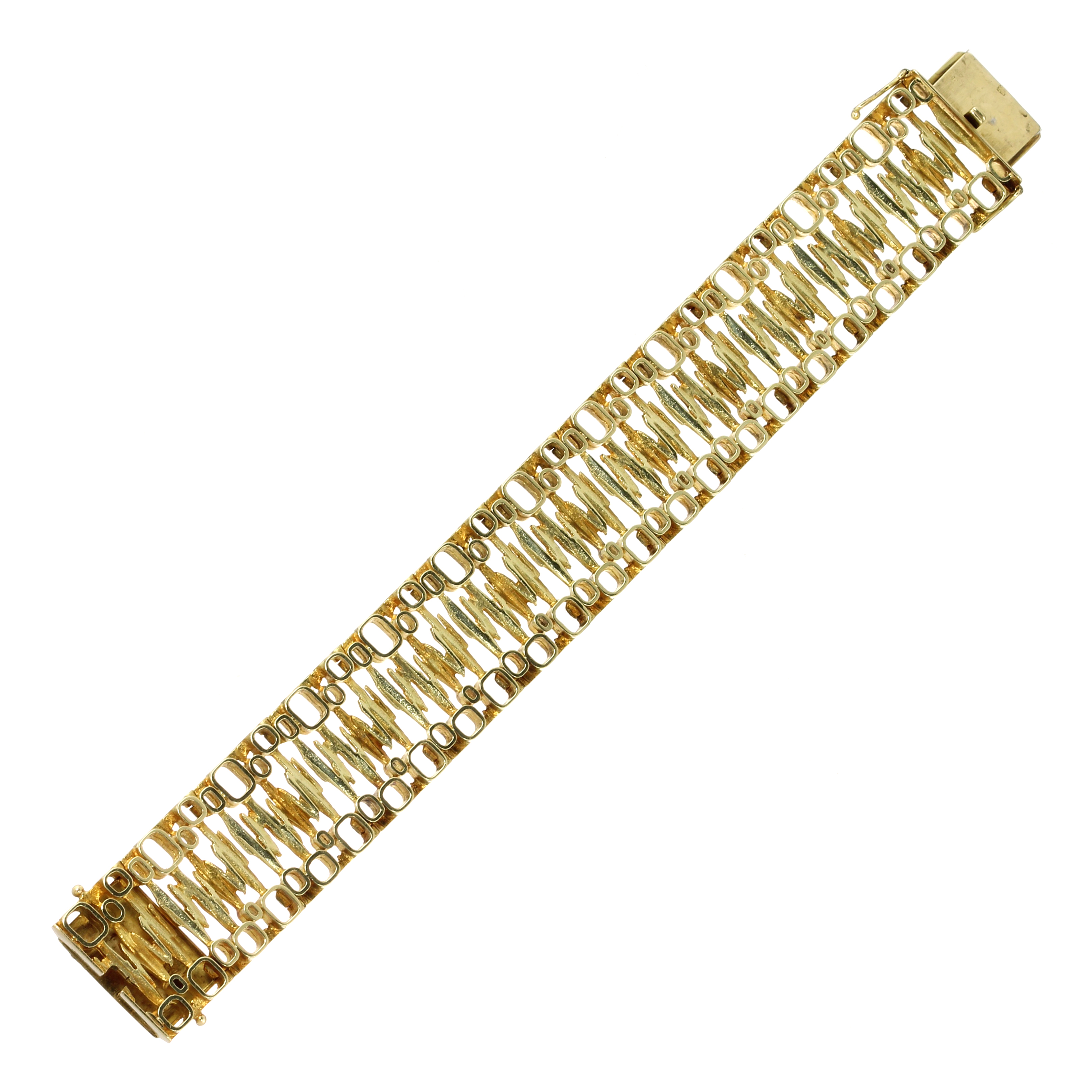 Los 7 - A FANCY LINK GOLD BRACELET, CIRCA 1970 in high carat yellow gold comprising links of various