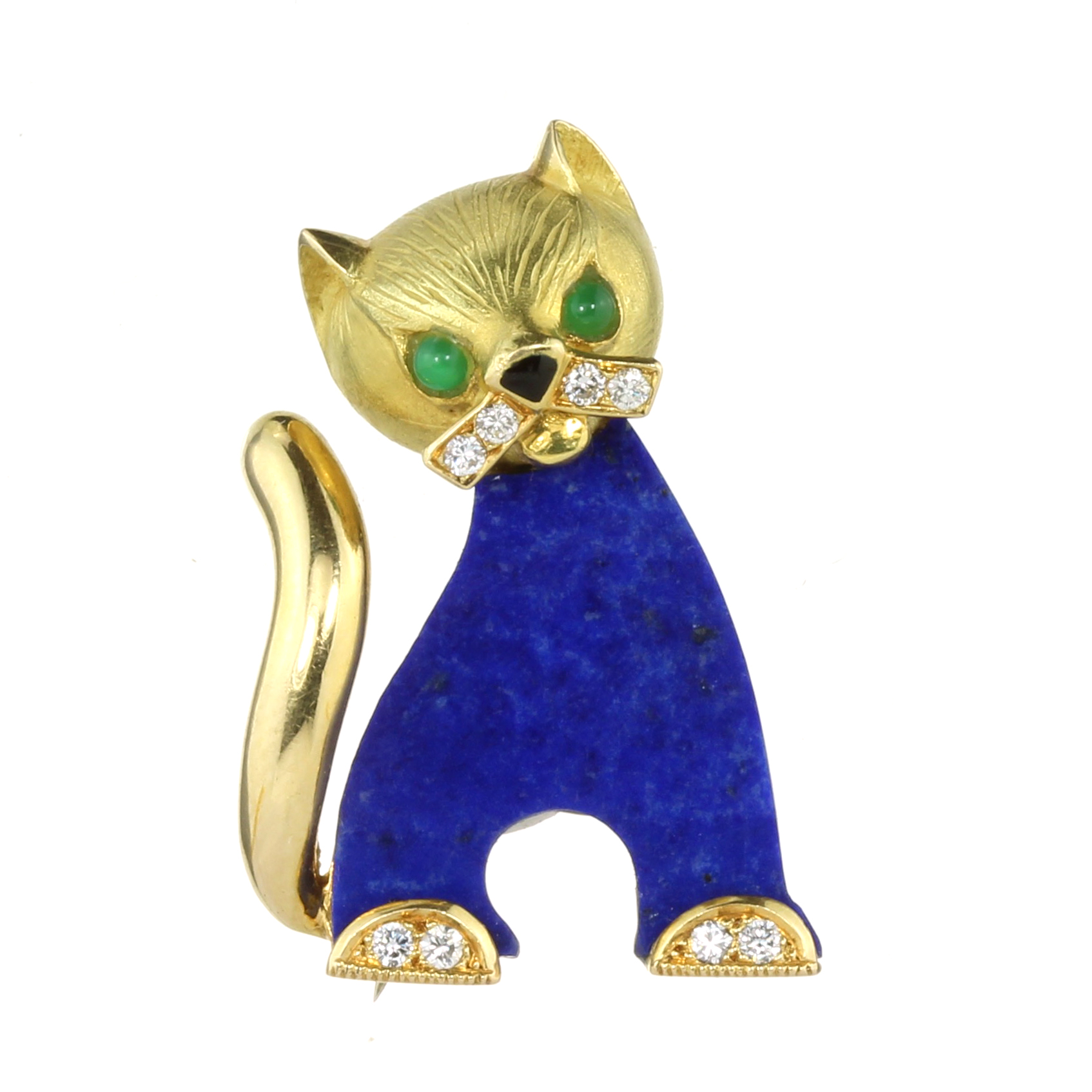 Los 35 - A LAPIS LAZULI, DIAMOND AND EMERALD CAT BROOCH in 18ct yellow gold, the flat carved lapis lazuli