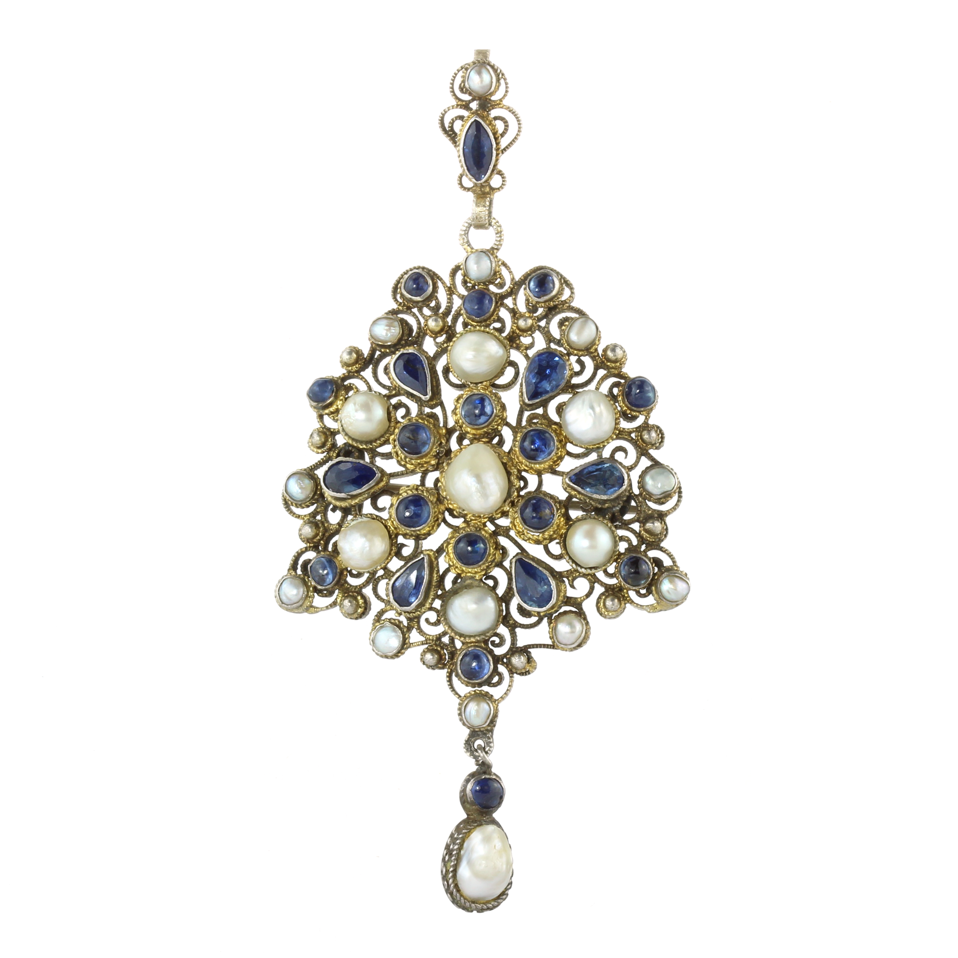 Los 10 - AN ANTIQUE PEARL AND SAPPHIRE PENDANT / BROOCH in silver, the main body set with a central pearl