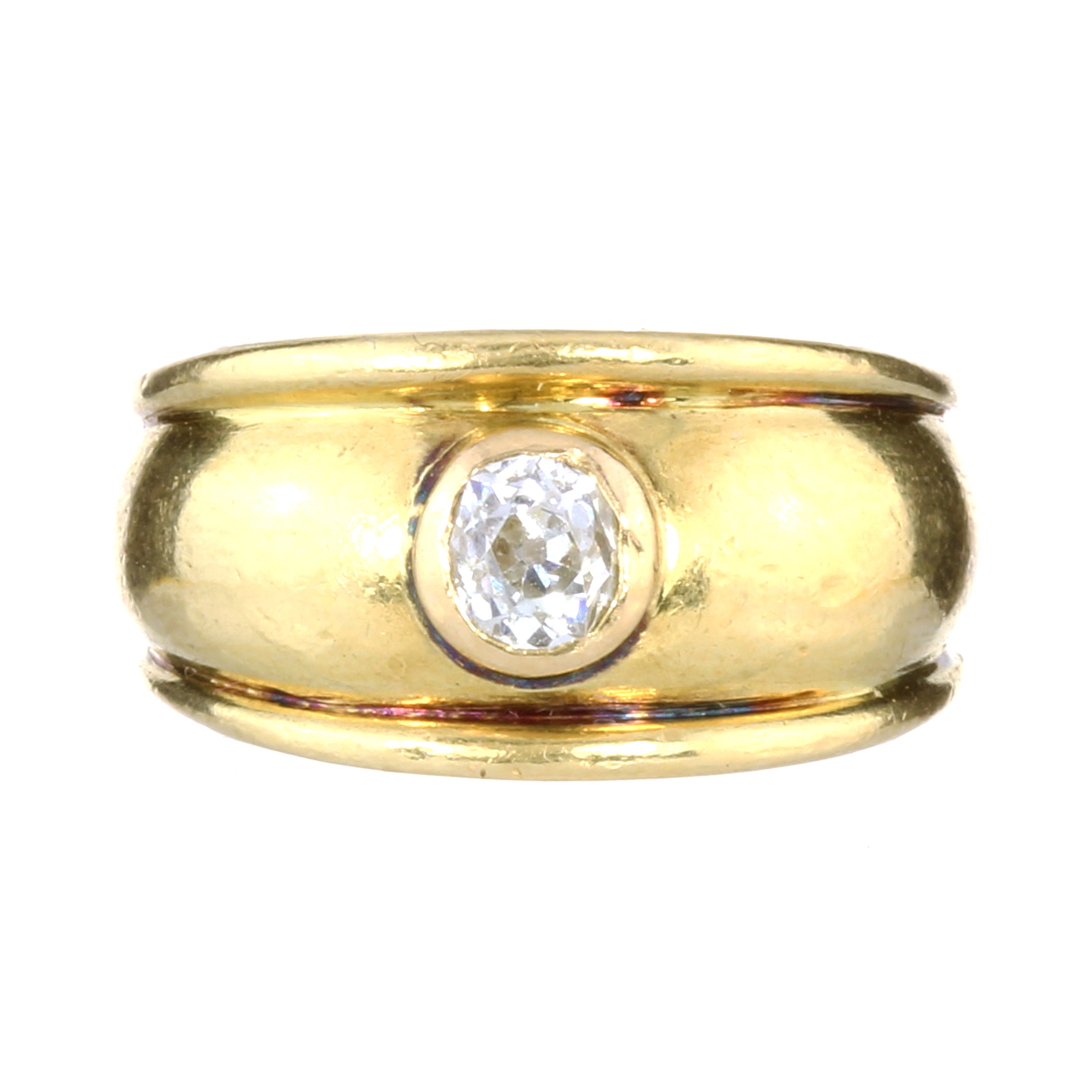 AN ANTIQUE 0.50 CARAT SOLITAIRE DIAMOND RING in 18ct yellow gold, the thick band with ribbed