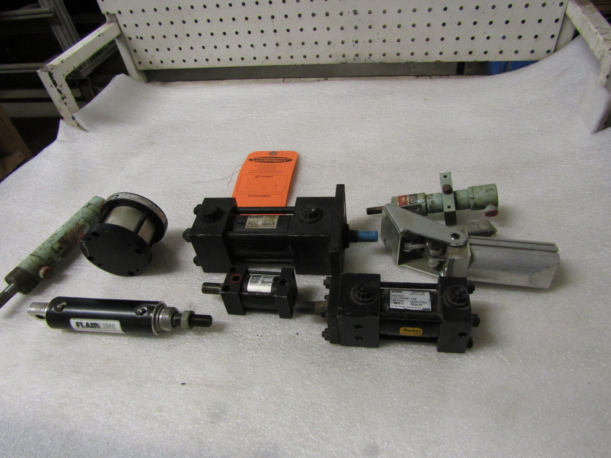 Lot 19 - Lot of Assorted Parker Hydraulic parts & cylinders