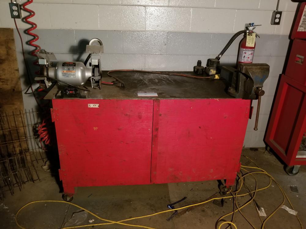 Workbench 30x56x34. wheel 6 in. RECORD vise / Établi 30x56x34. meule 6 po. Étau RECORD