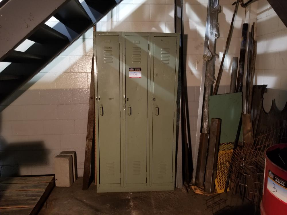 Triple locker, 2 binders / Casier triple, 2 classeurs