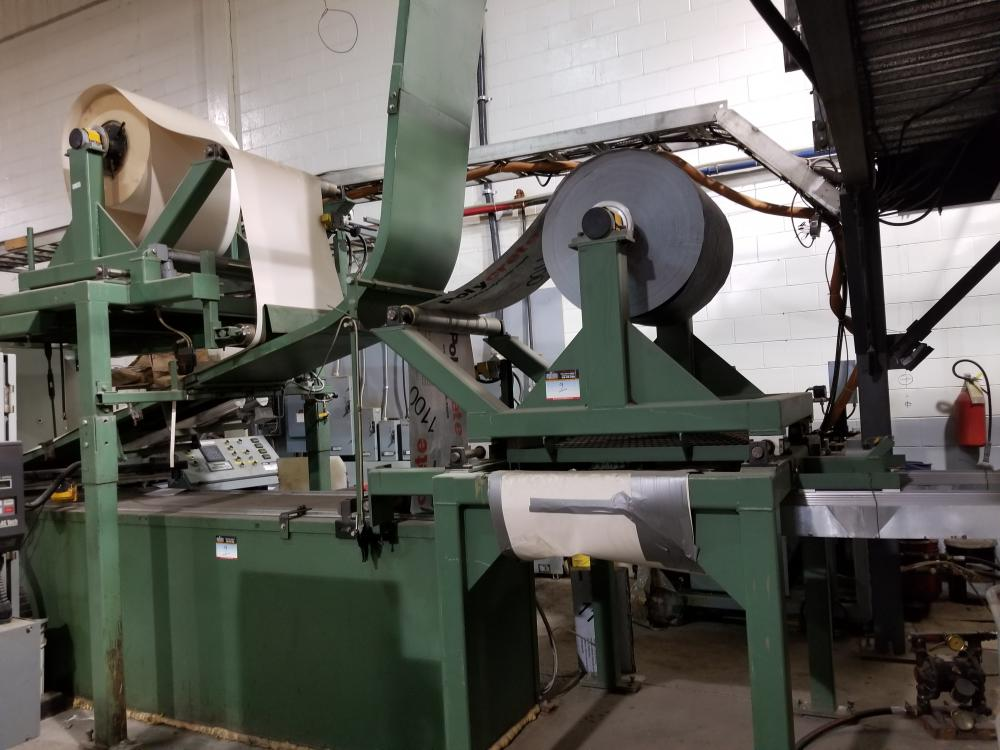 Machine for manufacturing insulating shapes / Machine à fabriquer des formes isolantes