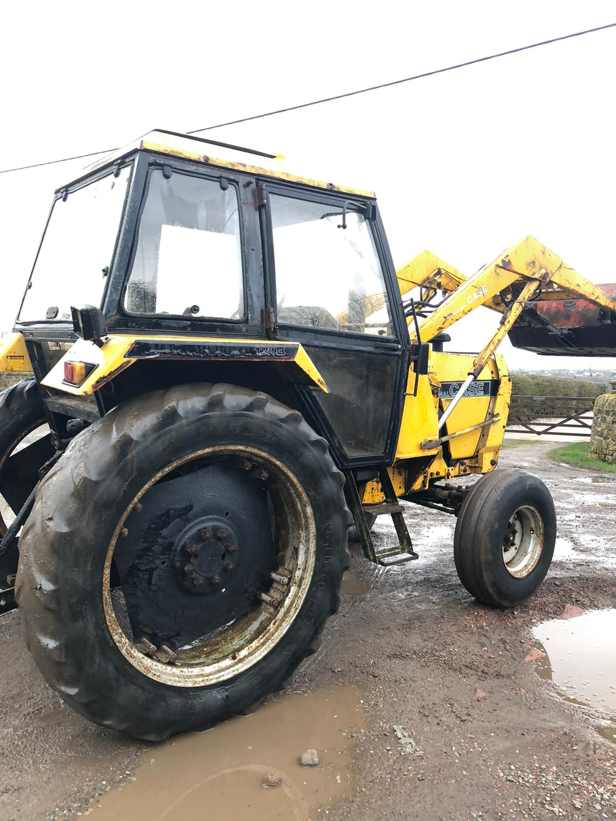 Lot 38 - CASE INTERNATIONAL 1394 LOADER TRACTOR, RUNS AND WORKS WELL, 3 POINT LINKAGE, PTO WORKING, 774 HOURS
