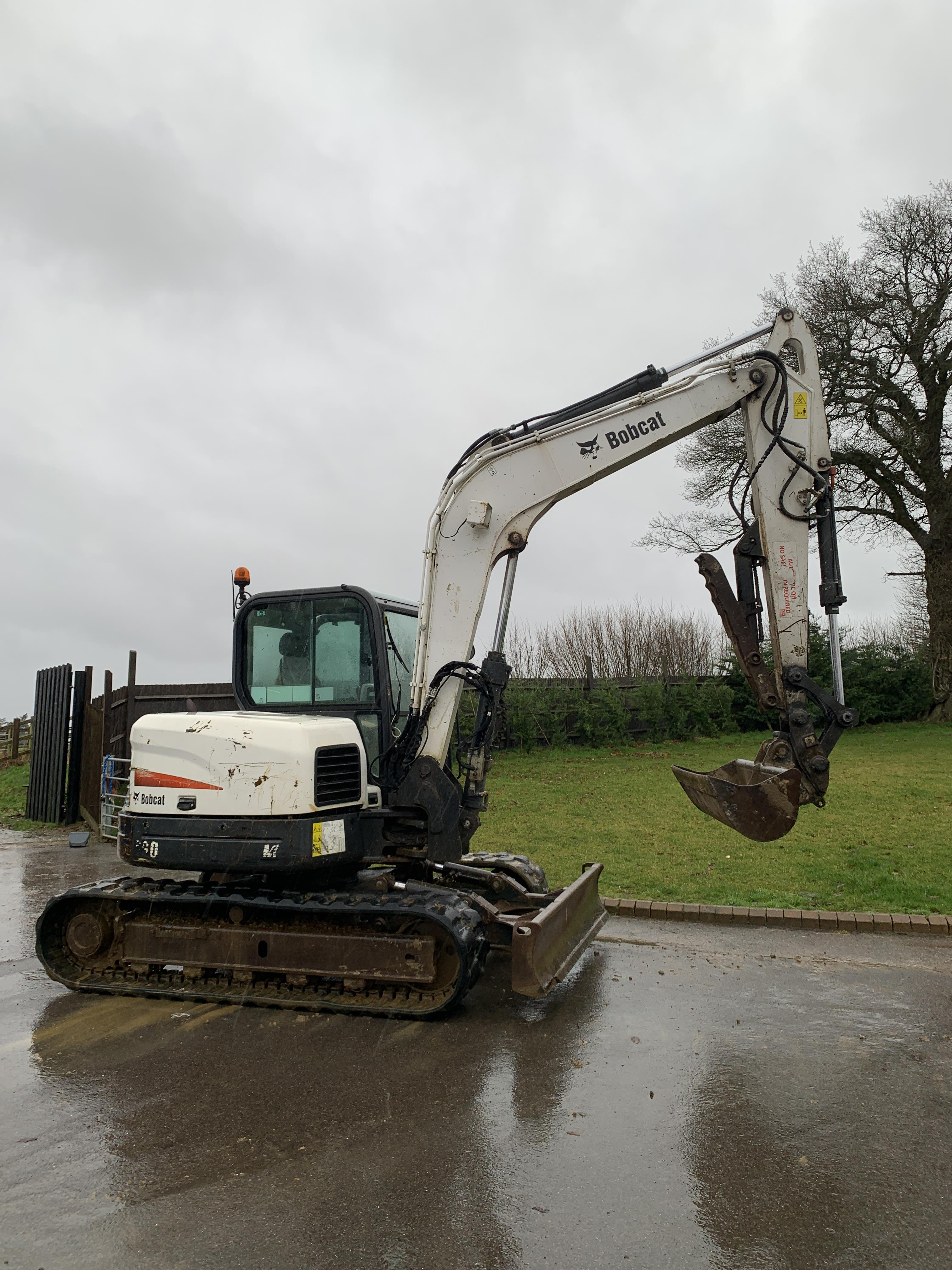 BOBCAT E80 TRACKED CRAWLER EXCAVATOR / DIGGER, C/W HYDRAULIC THUMB, YEAR 2012, RUNS, WORKS AND DIGS