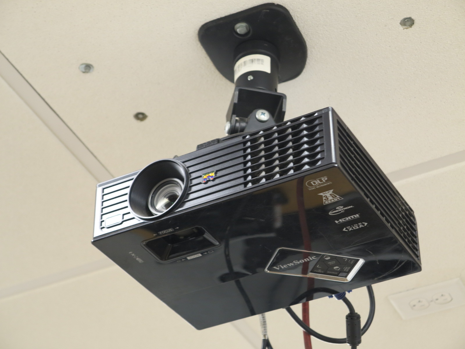 Lot 40A - VIEWSONIC VIDEO PROJECTOR W/ 12' WIDE SCREEN